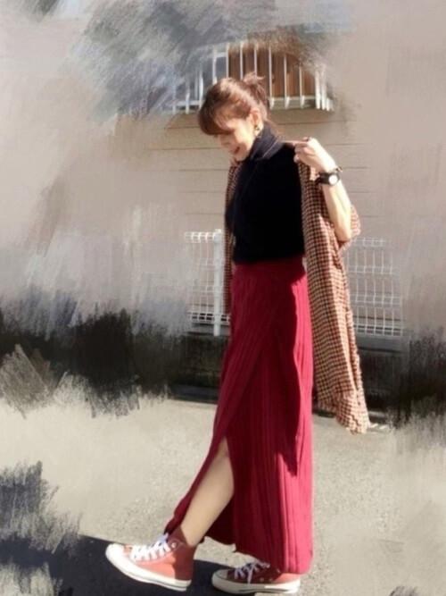 黒のニット×ボルドーのラップ風スリットスカート×赤のスニーカー