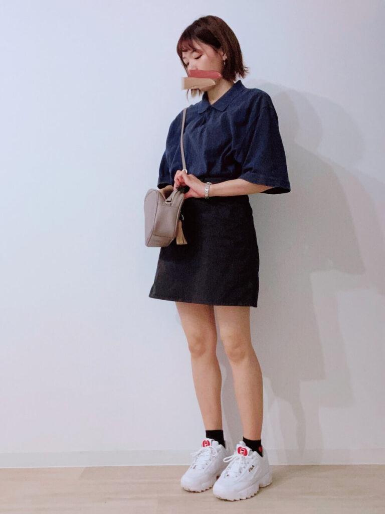 台形スカート×白のスニーカー×ネイビーのポロシャツのコーデ