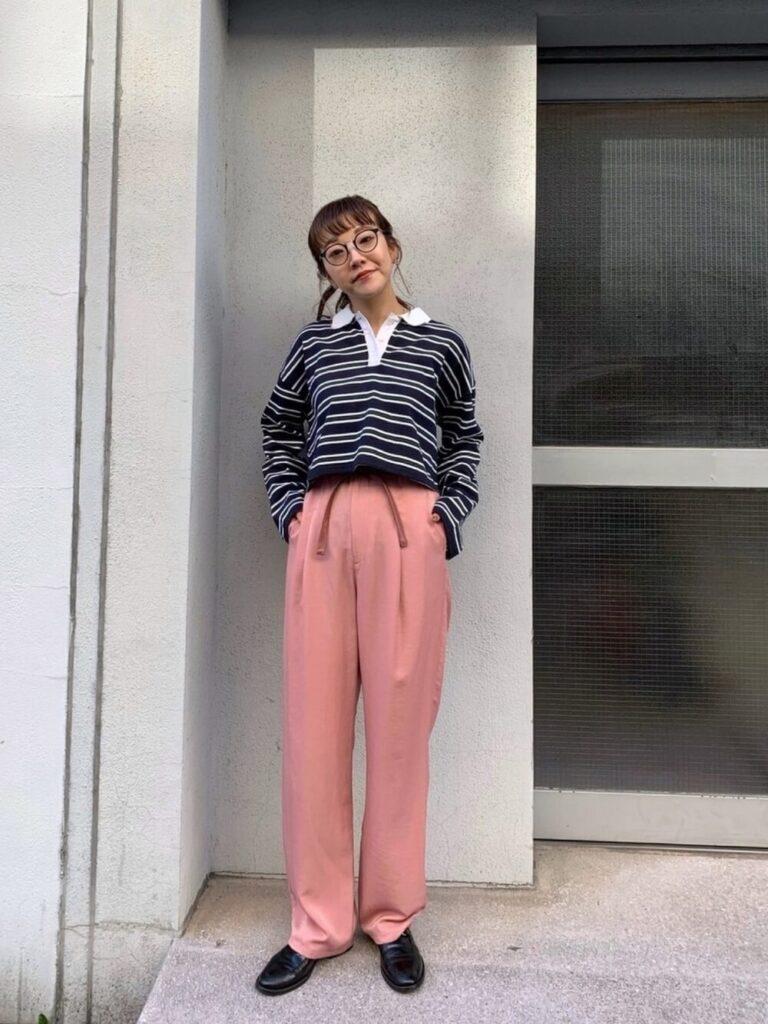 ピンクのスラックスパンツ×ローファー×ネイビーのポロシャツのコーデ