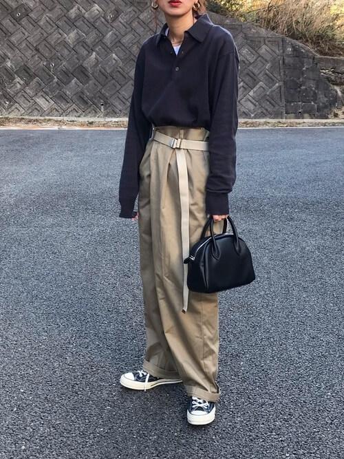 ベージュのチノパン×スニーカー×黒のポロシャツのコーデ