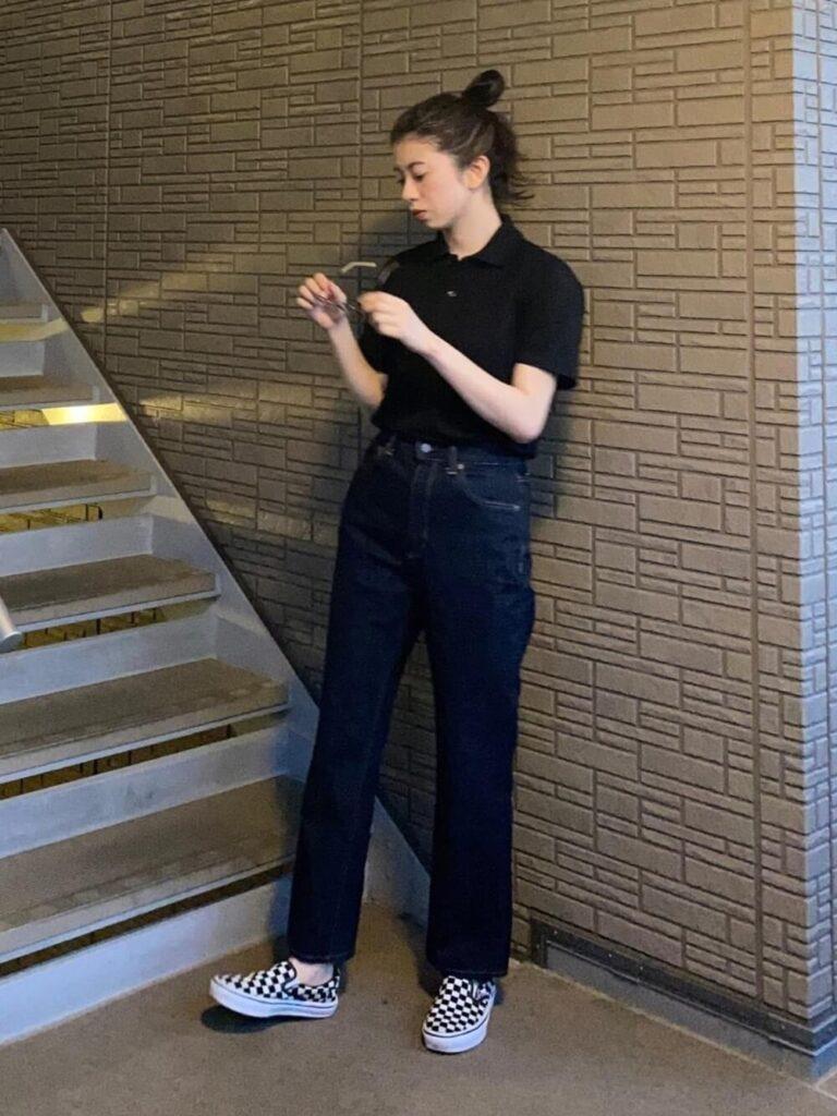 ストレートデニム×スニーカー×黒のポロシャツのコーデ