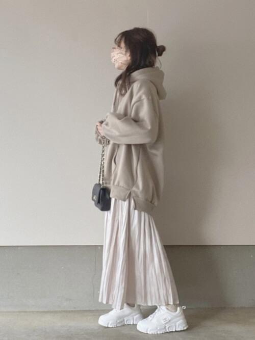 ベージュのパーカー×ベージュのサテンスカート×白のスニーカー×ミニショルダーバッグ