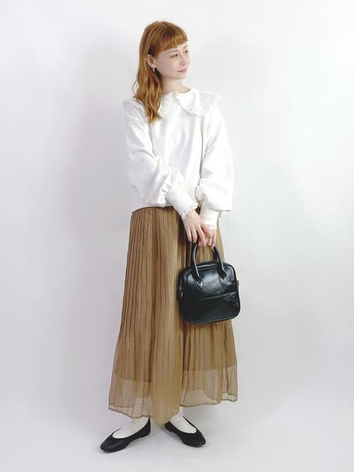 白のビッグカラートレーナー×ブラウンのプリーツスカート×黒のパンプス×ミニショルダーバッグ