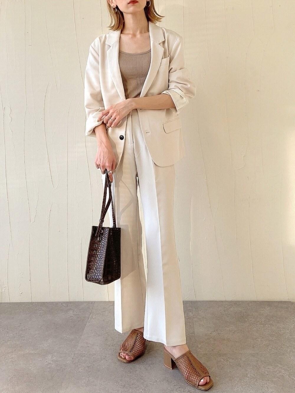 キャミソール×白のジャケット×白のスラックス×ブラウンのメッシュサンダル