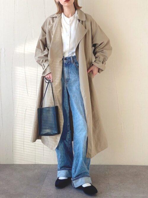 ベージュのトレンチコート×白のシャツ×デニムパンツ×ミニショルダーバッグ