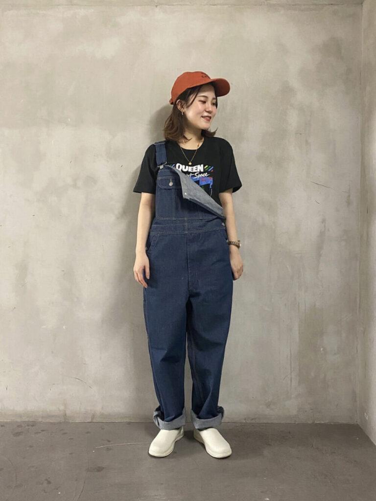 デニムサロペット×スニーカー×ロックTシャツのレディースコーデ