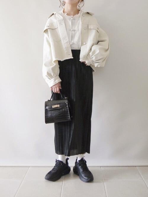 白のGジャン×チャイナブラウス×黒のプリーツスカート×黒のスニーカー×ミニショルダーバッグ