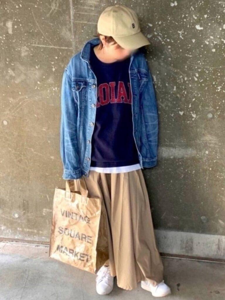 ネイビーTシャツ×デニムジャケット×フレアロングスカート×スニーカー×キャップ