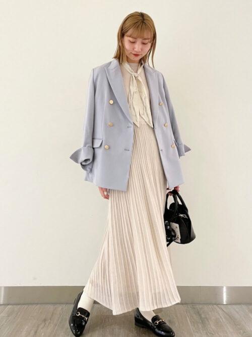 ブルーのテーラードジャケット×ベージュのプリーツスカート×黒のローファー×ミニショルダーバッグ