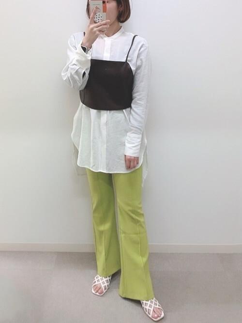 白のバンドカラーシャツ×黒のビスチェ×ピスタチオのパンツ×白のサンダル