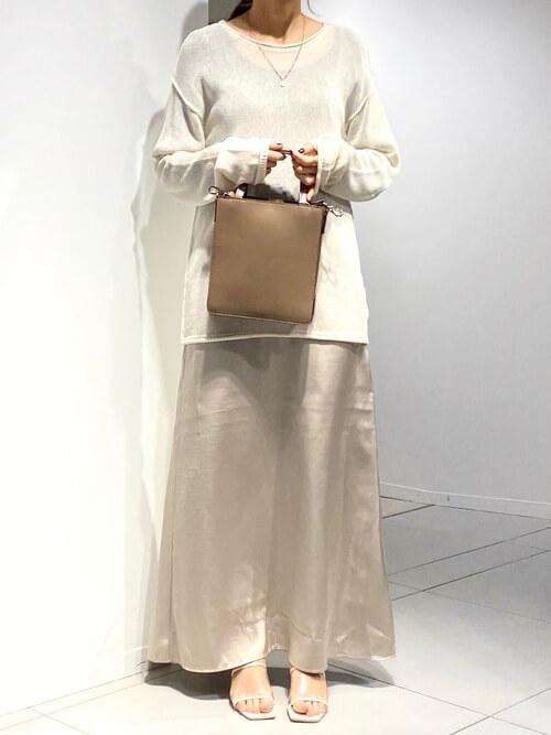 ベージュのニット×ベージュのサテンスカート×ブラウンのバッグ×白のサンダル