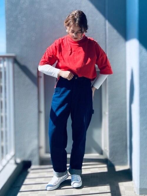 赤のTシャツ×白のロンTシャツ×デニムパンツ×白のスニーカー