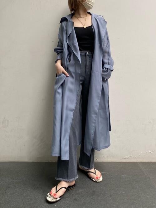 黒のキャミソール×ブルーのシアートレンチコート×デニムパンツ×サンダル