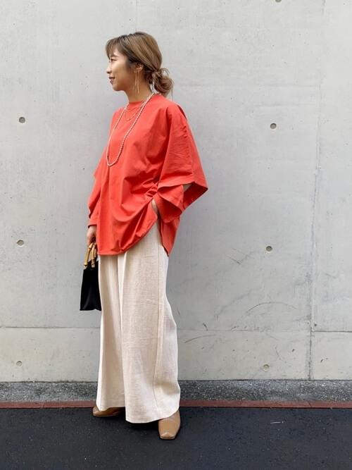 赤のTシャツ×白のワイドパンツ×ベージュのパンプス×黒のバッグ