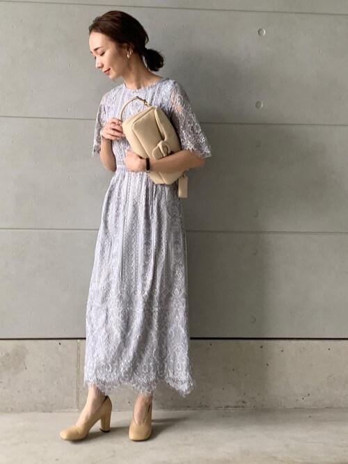 グレーのフラワースカラップドレス