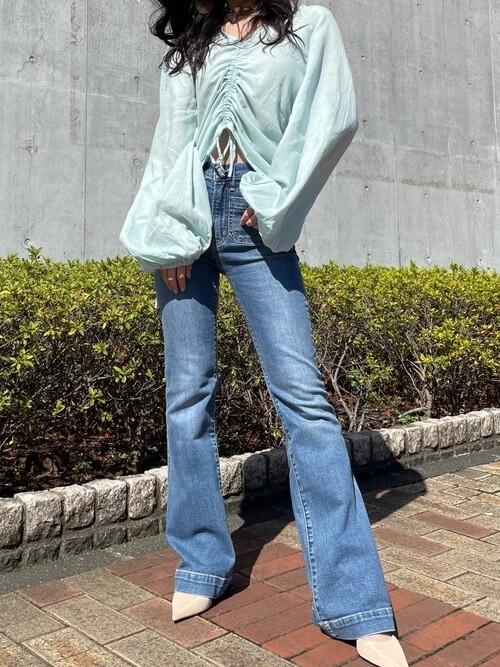 ボリュームスリーブブラウス×フレアデニム×パンプスのサーフ系ファッションコーデ
