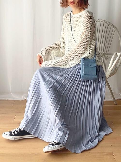 メッシュ編みニット×プリーツスカート×白のキャミソールのコーデ
