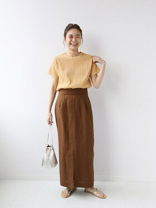 黄色のTシャツ×ブラウンのタイトスカート×シルバーのサンダル