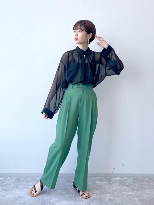 黒のキャミソール×黒のシアーシャツ×グリーンのワイドタックパンツ×サンダル