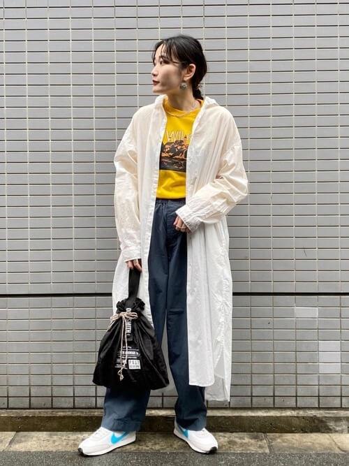 黄色のTシャツ×白のシャツワンピ×グレーのパンツ×白のスニーカー