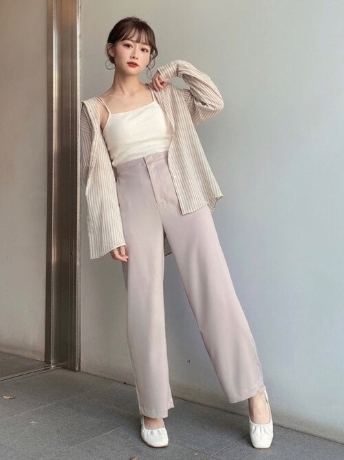 シアーシャツ×ストレートパンツ×白のキャミソールのコーデ