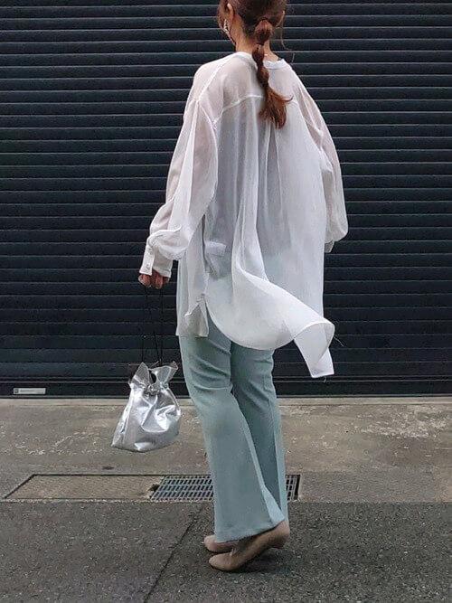 グレーのキャミソール×白のシャツ×ブルーのスラックス×ベージュのパンプス