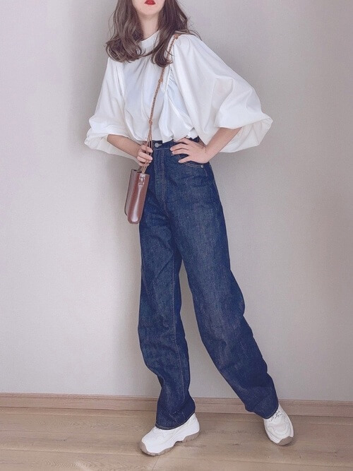 白のボリューム袖ブラウス×ハイウエストデニムパンツ×ミニショルダーバッグ