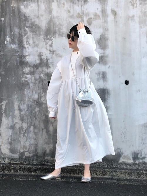 白のバンドカラーワンピース×シルバーのパンプス×ミニショルダーバッグ