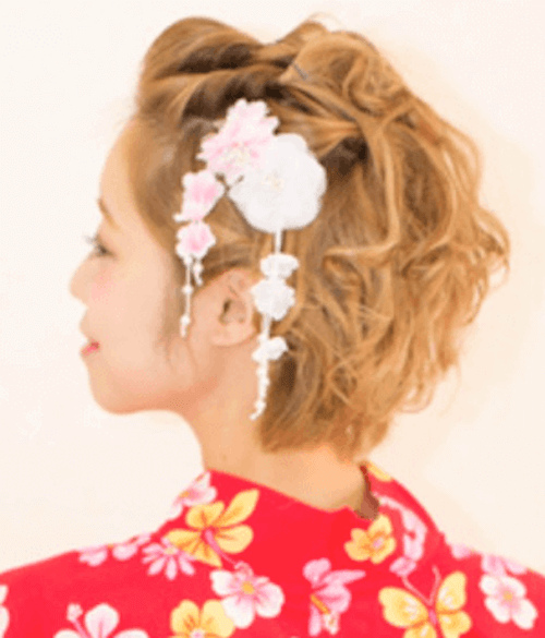 白とピンクの花の髪飾り+ショートの髪型