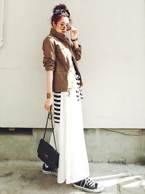 guスカーチョ×ミリタリージャケット×白のTシャツ×ボーダー×黒のスニーカー
