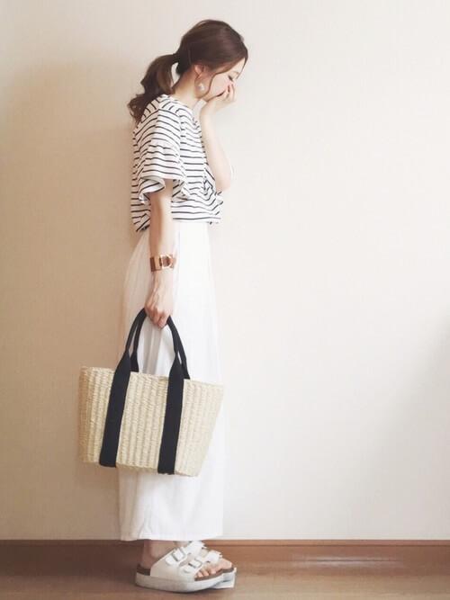 白のスカーチョ×ボーダー×白のサンダル×かごバッグ