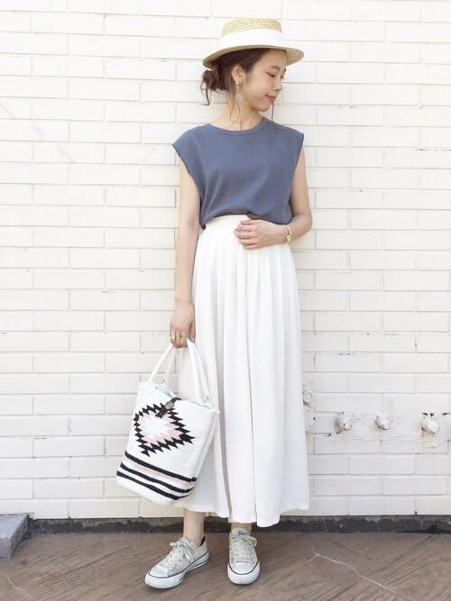 白のスカーチョ×ブルーのノースリーブトップス×白のスニーカー×麦わら帽子