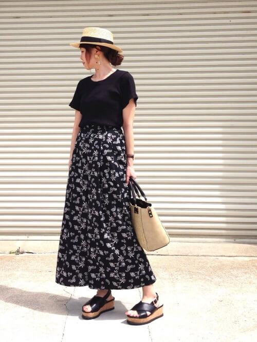 guスカーチョ×黒のTシャツ×黒のサンダル×ベージュのバッグ×カンカン帽<