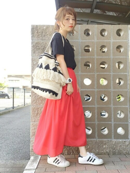 黒のTシャツ×赤のフレアスカート×スニーカーのリゾートファッションコーデ