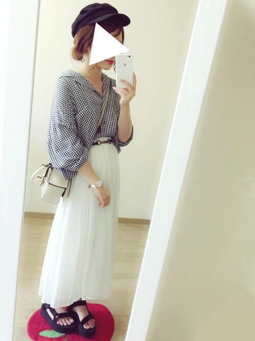 白のスカーチョ×ギンガムチェックのブラウス×黒のスポーツサンダル×白のショルダーバッグ