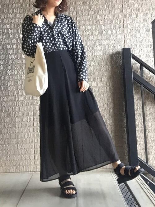 guスカーチョ×黒のドット柄シャツ×黒のサンダル×白のトートバッグ