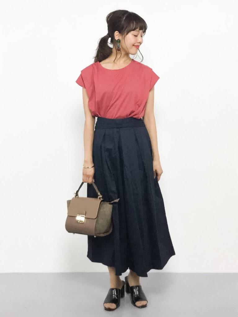 ピンクのTシャツ×サンダル×ネイビーのスカーチョのコーデ