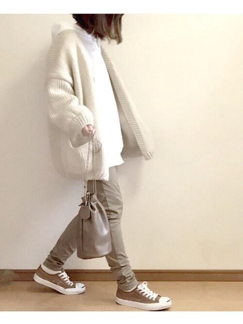 白のパーカー×白のカーディガン×ベージュのパンツ×ブラウンの脱色コンバース