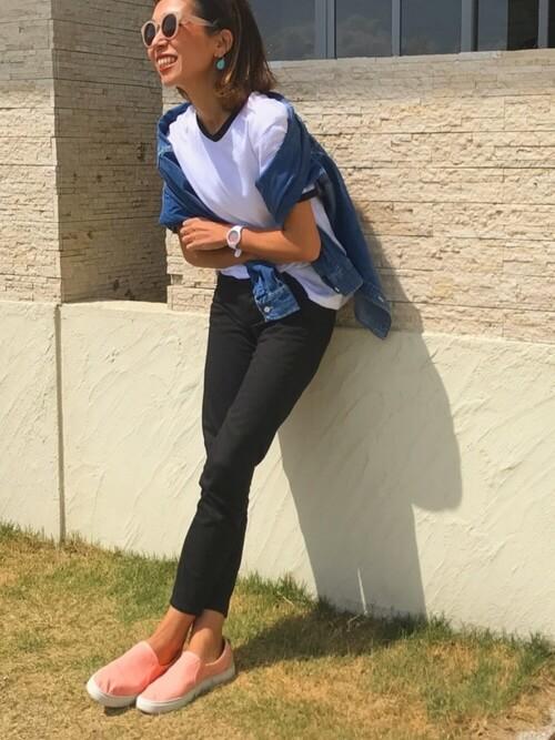 デニムジャケット×白のTシャツ×黒のパンツ×ピンクのスリッポン
