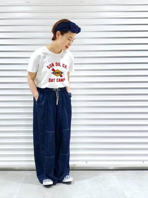 白のロゴTシャツ×ワイドデニムパンツ×ネイビーのスリッポン