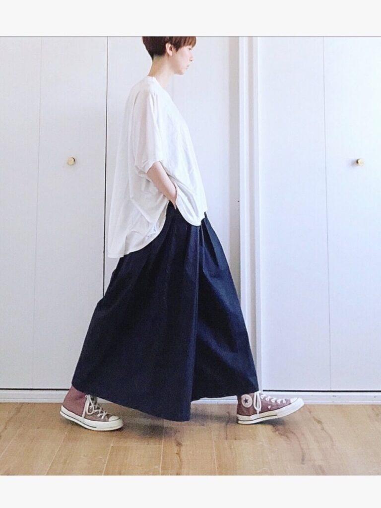 オーバーTシャツ×スニーカー×ネイビーのスカーチョのコーデ