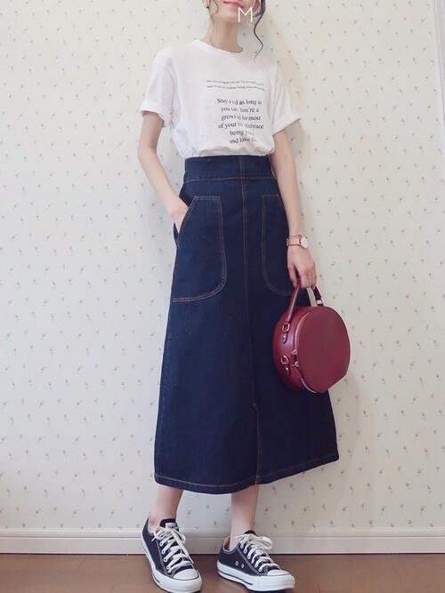 アビスカラーのスカート×白のロゴTシャツ×黒のスニーカー×赤のバッグ