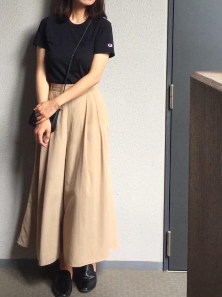 黒のTシャツ×フラットシューズ×ベージュスカンツのコーデ