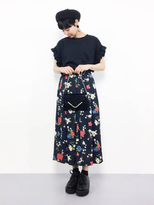 黒のフリルカットソー×ショートブーツ×花柄のスカーチョコーデ