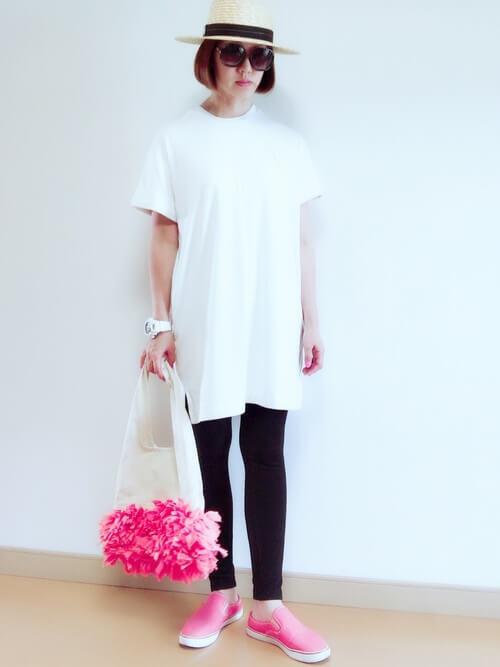 白のTシャツ×黒のレギンス×麦わら帽子×ピンクのスリッポン