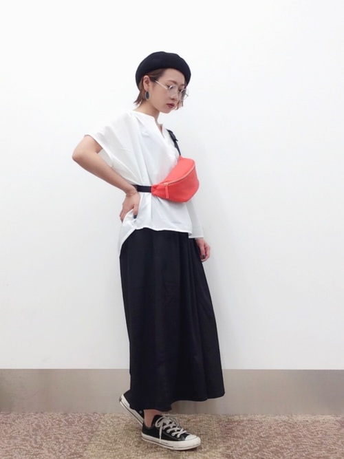 白スキッパーシャツ×スニーカー