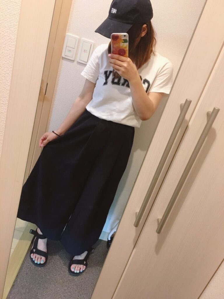 ロゴTシャツ×キャップ×スポーツサンダル×ネイビーのスカーチョのコーデ