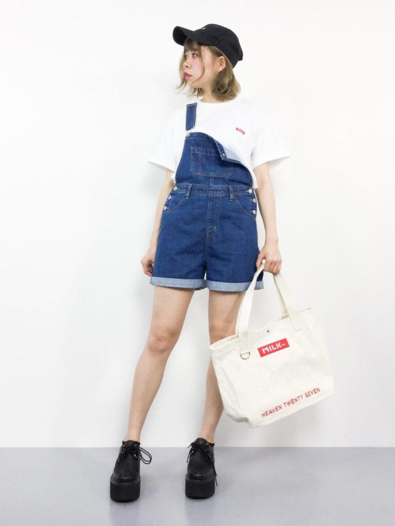 Tシャツ×厚底ローファー×キャップ×サロペット(ショートパンツ)の夏コーデ