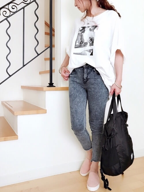 白のロゴTシャツ×ウォッシュデニム×黒のバッグ×ピンクのスリッポン