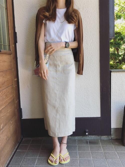 サマーカーディガン×ベージュのタイトスカート×白のTシャツ×黄色のビーチサンダル